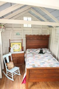 TRADITIONAL WOODEN FURNITURE IDEAS FOR SMALL BEDROOM