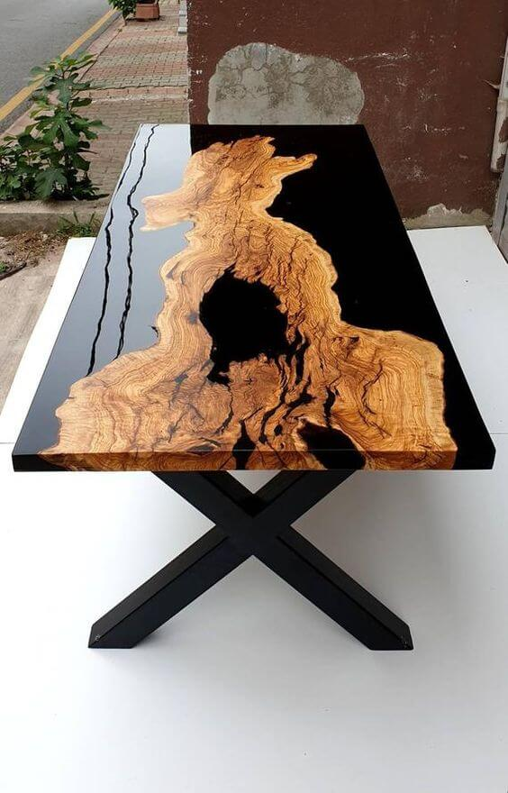 WOOD AND RESIN TABLE BLACK GLASS DETAIL