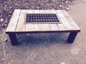 PALLET WOOD COFFEE TABLE IDEAS WITH METAL GRILL IN THE MIDDLE